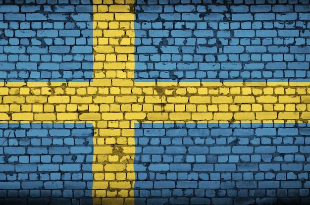 Bandeira da suécia é pintada em uma parede de tijolos antigos