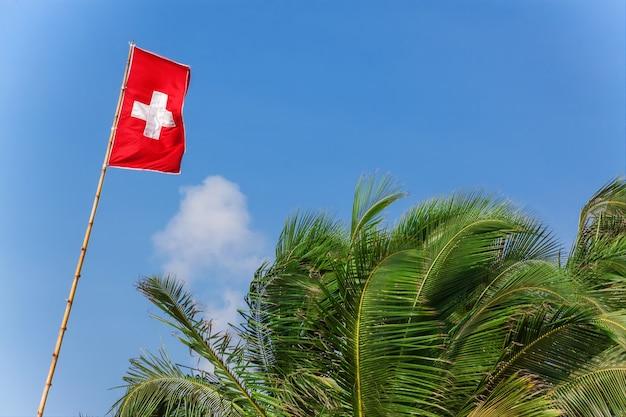 Bandeira da suíça ao vento em um fundo de céu azul closeup extrema.