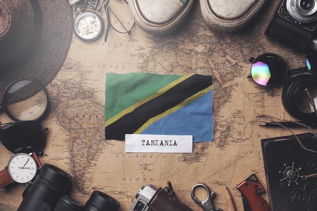 Bandeira da tanzânia entre acessórios do viajante no antigo mapa vintage. tiro aéreo