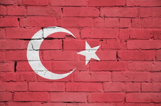 Bandeira da turquia é pintada em uma parede de tijolos antigos