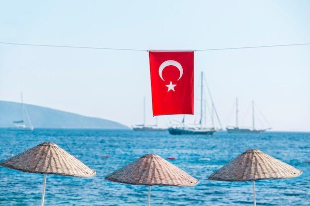 Bandeira da turquia em fundo de bela vista do mar. férias no conceito de turquia.