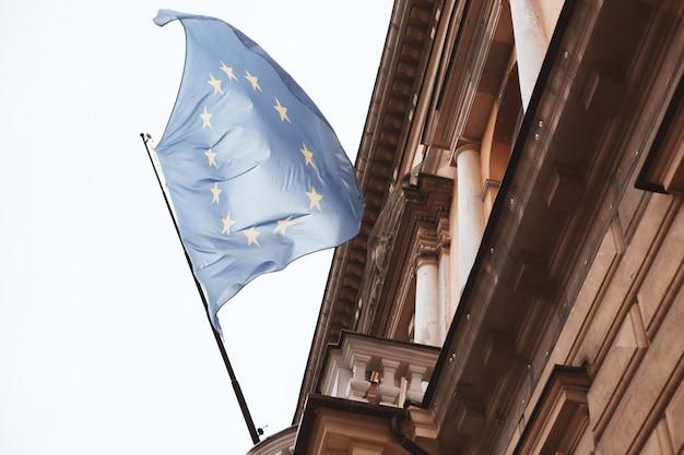 Bandeira da ue acenando em um edifício