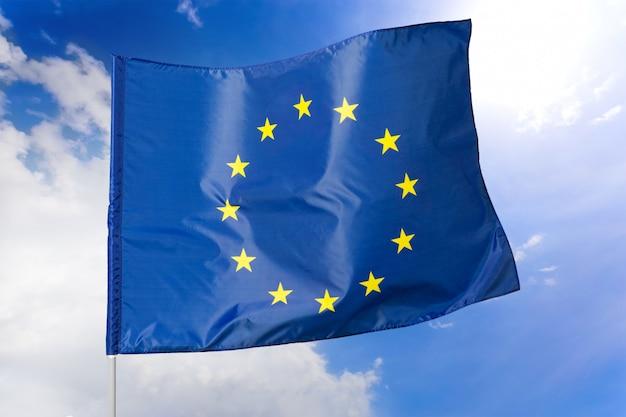 Bandeira da ue bandeira do euro bandeira da união europeia acenando