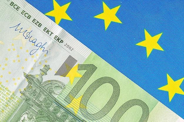 Bandeira da ue e muitas notas de euro