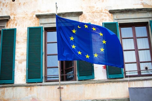 Bandeira da união europeia acenando na fachada da casa na itália