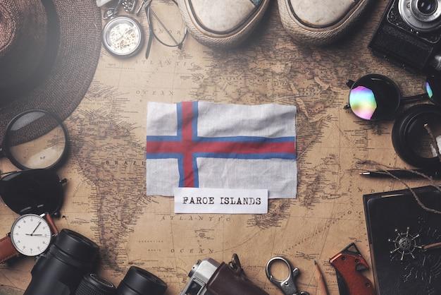 Bandeira das ilhas faroé entre acessórios do viajante no antigo mapa vintage. tiro aéreo