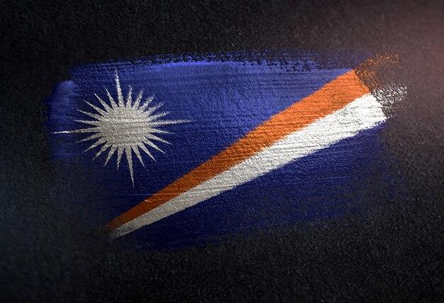 Bandeira das ilhas marshall feita de tinta de pincel metálico na parede escura de grunge