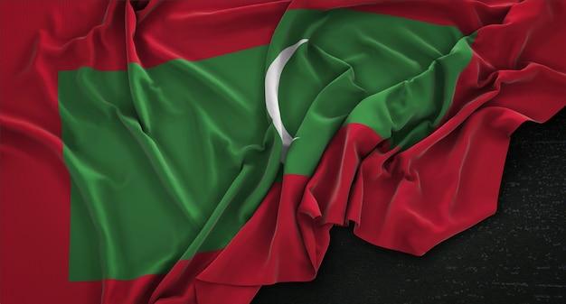 Bandeira das maldivas enrugada no fundo escuro 3d render