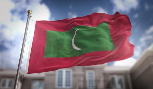 Bandeira das maldivas representação 3d no fundo do edifício do céu azul