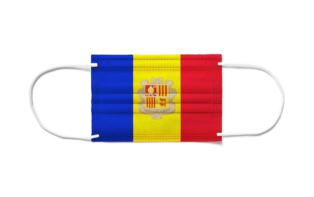 Bandeira de andorra com máscara cirúrgica descartável. fundo branco isolado
