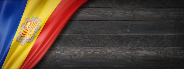 Bandeira de andorra na parede de madeira preta