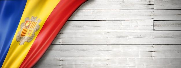Bandeira de andorra na velha parede branca. faixa panorâmica horizontal.