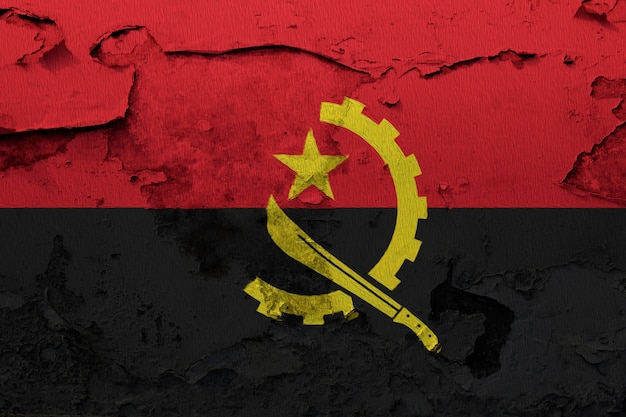 Bandeira de angola pintada na parede rachada grunge