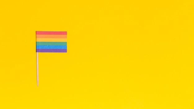 Bandeira de arco-íris lgbt em fundo amarelo