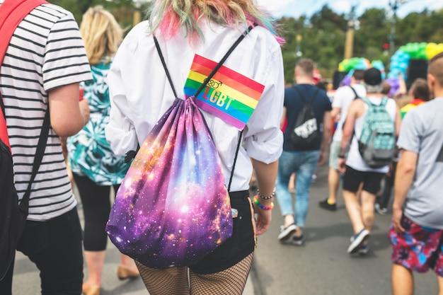 Bandeira de arco-íris lgbt em uma mochila de uma garota.