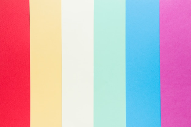 Bandeira de arco-íris lgbt feita de papel colorido