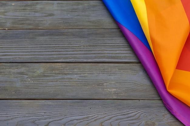 Bandeira de arco-íris lgbt no fundo da mesa de madeira