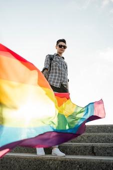 Bandeira de arco-íris na mão do homossexual