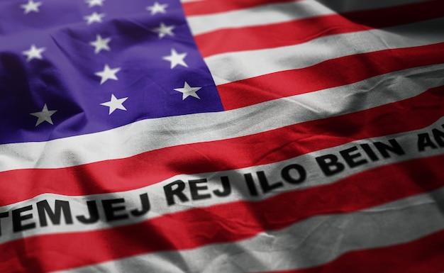 Bandeira de atol de biquíni bandeira amarrotada close-up