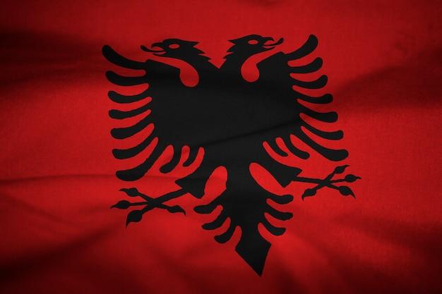 Bandeira de babados da albânia soprando no vento