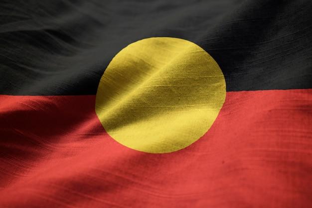 Bandeira de babados do aborígene australiano soprando no vento