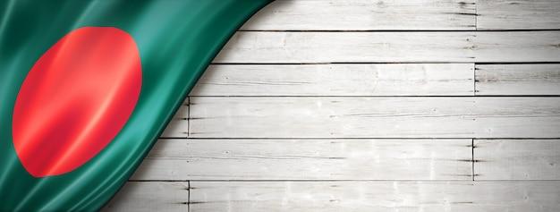 Bandeira de bangladesh na velha parede branca. faixa panorâmica horizontal.