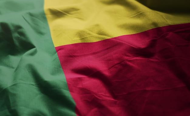 Bandeira de benin amarrotada close up