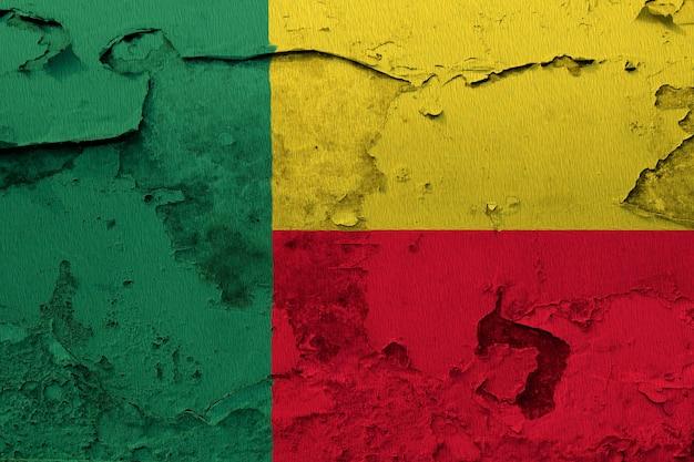 Bandeira de benin pintada na parede rachada grunge