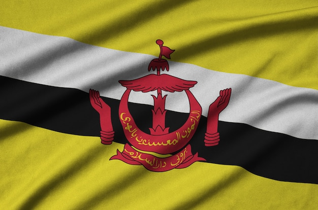 Bandeira de brunei darussalam com muitas dobras.