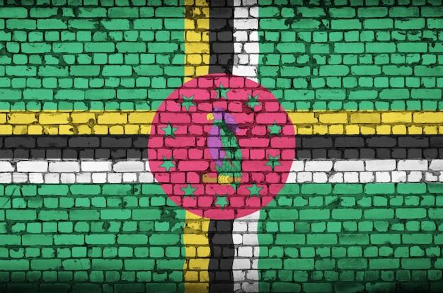 Bandeira de dominica é pintada em uma parede de tijolos antigos