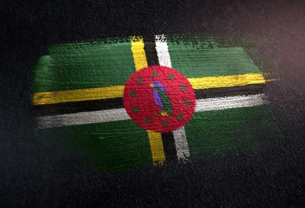 Bandeira de dominica feita de tinta de pincel metálico na parede escura de grunge