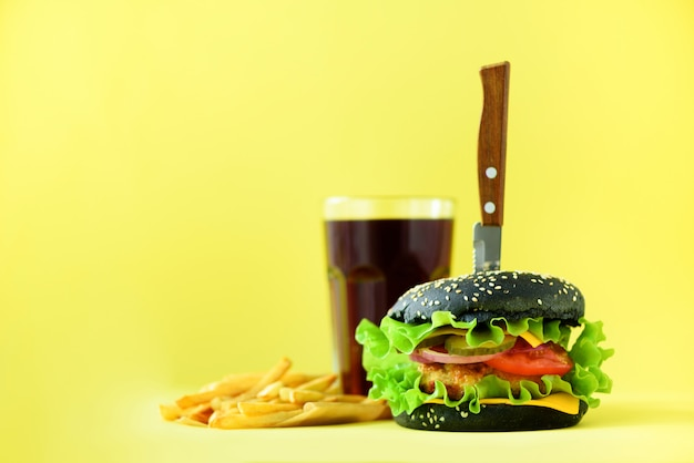 Bandeira de fast-food. hamburgueres suculentos da carne com queijo, alface no fundo amarelo. tire a refeição. conceito de dieta insalubre com espaço da cópia
