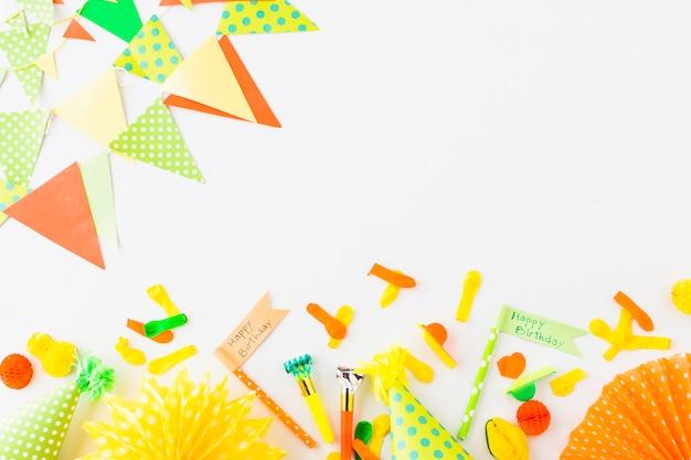 Bandeira de feliz aniversário; soprador de chifre de festa; chapéu; balão e bunting em fundo branco