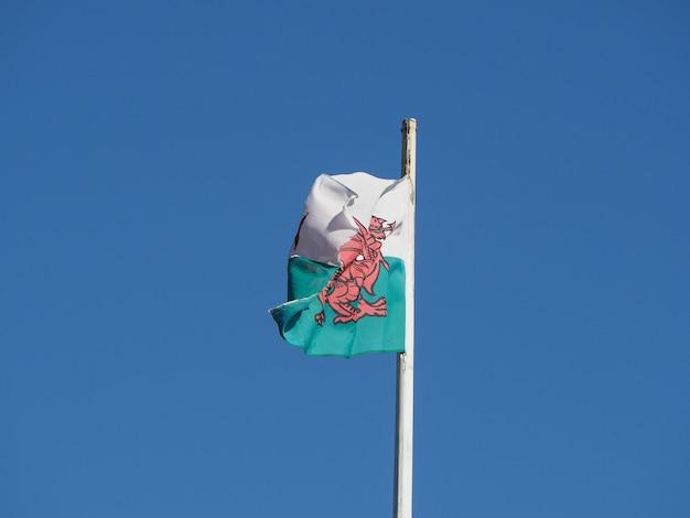 Bandeira de gales de gales no céu azul