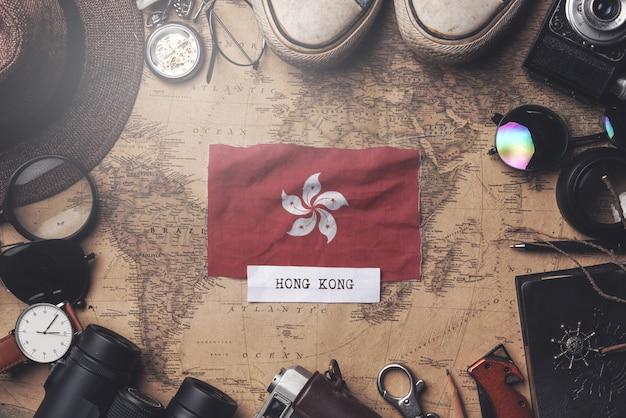 Bandeira de hong kong entre acessórios do viajante no antigo mapa vintage. tiro aéreo