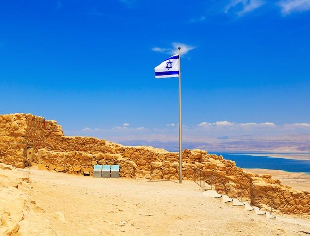 Bandeira de israel na fortaleza de massada, israel