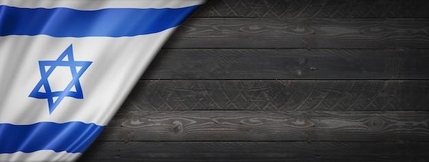 Bandeira de israel na parede de madeira preta. banner panorâmico horizontal.