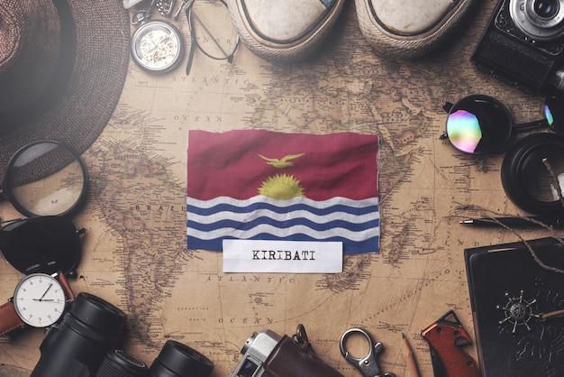 Bandeira de kiribati entre acessórios do viajante no antigo mapa vintage. tiro aéreo