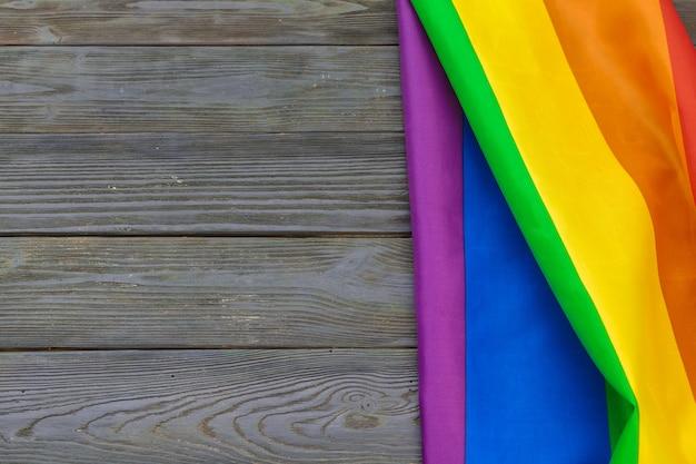 Bandeira de lgbt arco-íris na mesa de madeira, filmado em estúdio