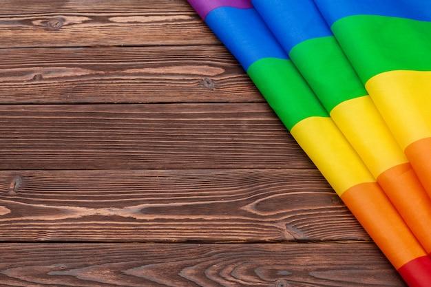 Bandeira de lgbt arco-íris no fundo da mesa de madeira
