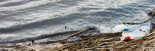 Bandeira de lixo do oceano. costa poluída, com lugar para uma inscrição.