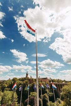 Bandeira de luxemburgo acenando