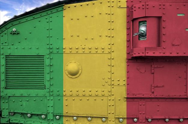 Bandeira de mali descrita na parte lateral do close up militar do tanque blindado.