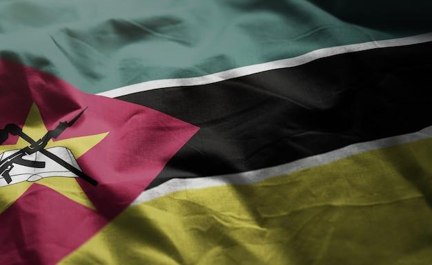 Bandeira de moçambique amarrotada close up
