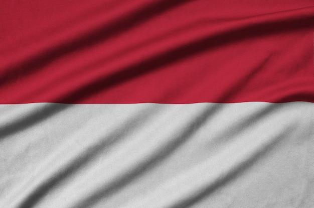 Bandeira de mônaco com muitas dobras.