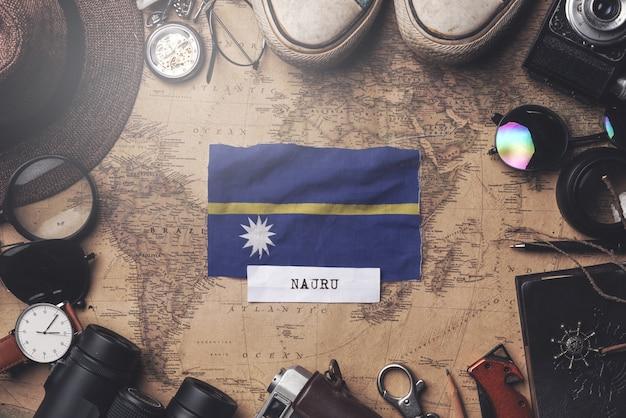 Bandeira de nauru entre acessórios do viajante no antigo mapa vintage. tiro aéreo