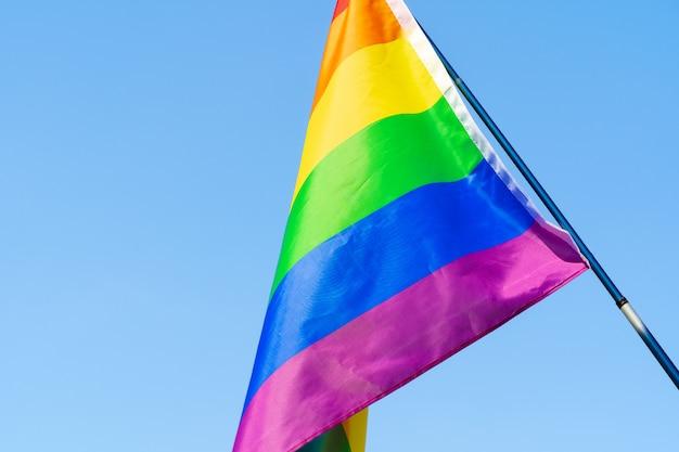 Bandeira de ondulação lgbt no céu no mastro de bandeira