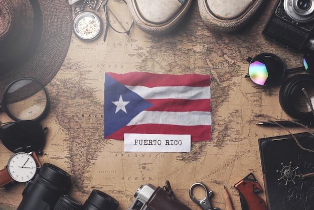 Bandeira de porto rico entre acessórios do viajante no mapa antigo do vintage. tiro aéreo