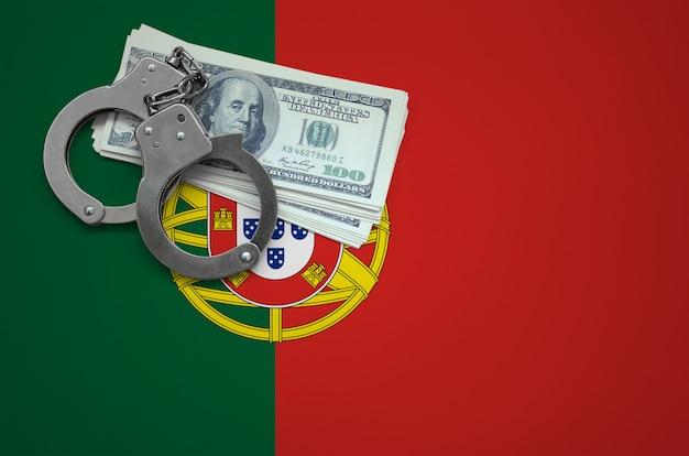 Bandeira de portugal com algemas e um pacote de dólares. o conceito de infringir a lei e crimes de ladrões