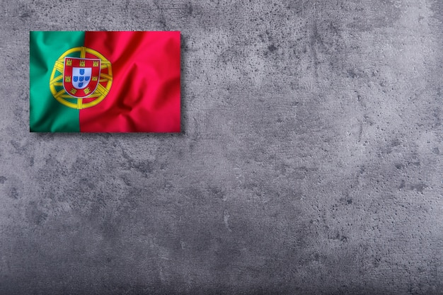 Bandeira de portugal em fundo de concreto.